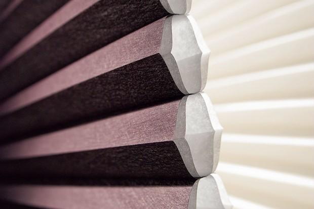 O tecido em formato celular da cortina DUETTE® promove conforto térmico, acústico e visual, combinando design e funcionalidade (Foto: Divulgação)