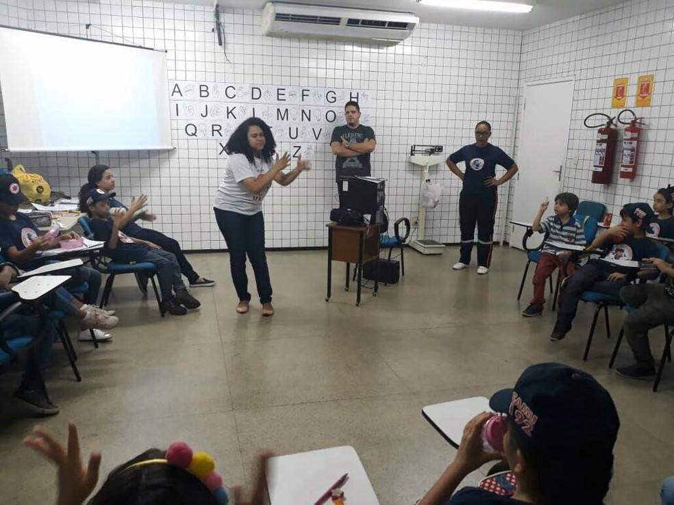 Auxiliar administrativa ensina libras para crianças do projeto Samurzinho em Teresina — Foto: Arquivo Pessoal