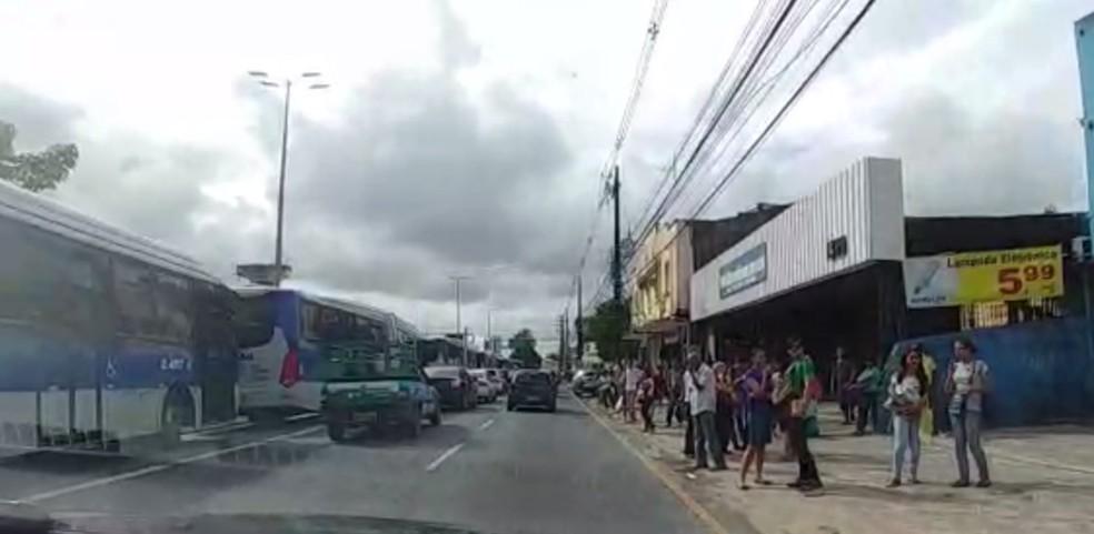 Paradas de ônibus na Avenida Caxangá ficam lotadas devido a protesto (Foto: Bruno Fontes/TV Globo)