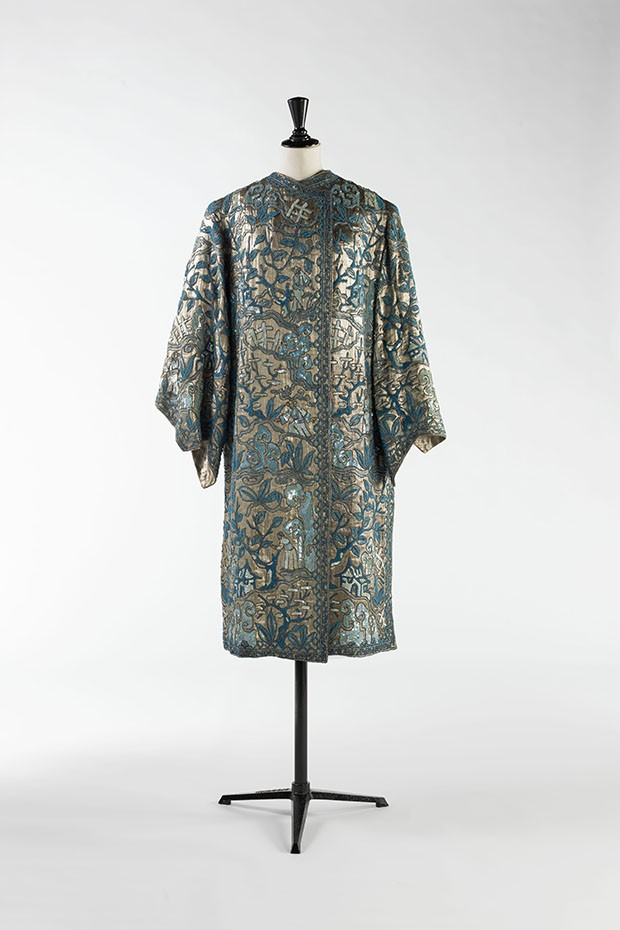 A Chinese-inspired silver-lamé evening coat embroidered with pearls, bugle beads and sequins (Foto: © R. Briant and L. Degrâces/Galliera/Roger-Viollet)