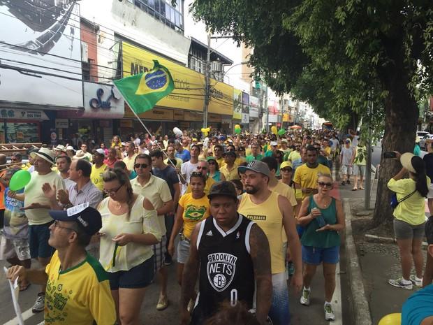 Manifestantes saem às ruas de Colatina em ato pelo impeachment de Dilma (Foto: Mayara Mello/ TV Gazeta)