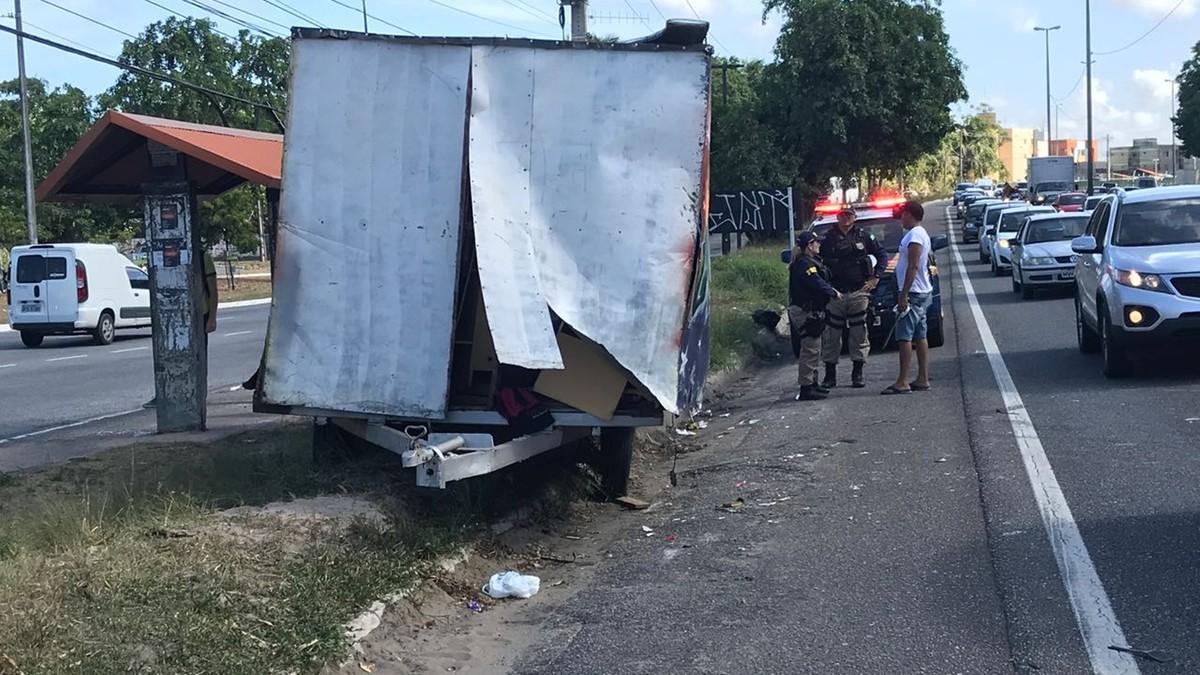 Acidente com trailer deixa trânsito lento na BR-230, em João Pessoa