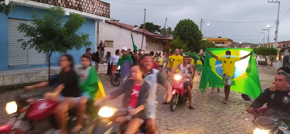 Com camisas do Brasil, moradores de Baía Formosa comemoram medalha de ouro de Italo Ferreira no surfe nas Olimpíadas de Tóquio nesta terça-feira (27)  — Foto: Fernanda Zauli/G1