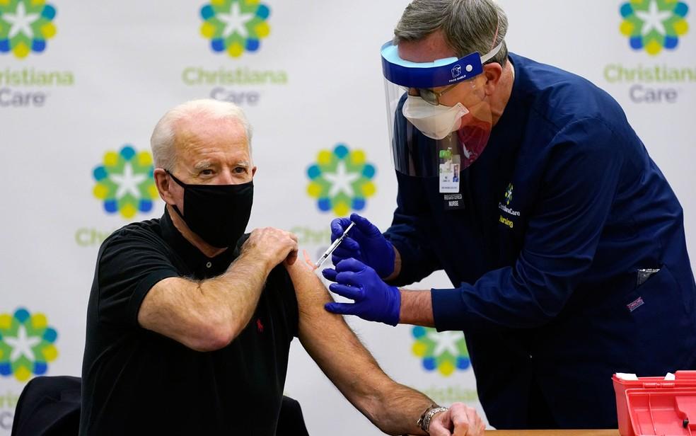 O então presidente eleito dos EUA, Joe Biden, recebe sua 2ª dose de vacina contra a Covid-19 em Delaware, em janeiro, antes de tomar posse — Foto: Susan Walsh/AP