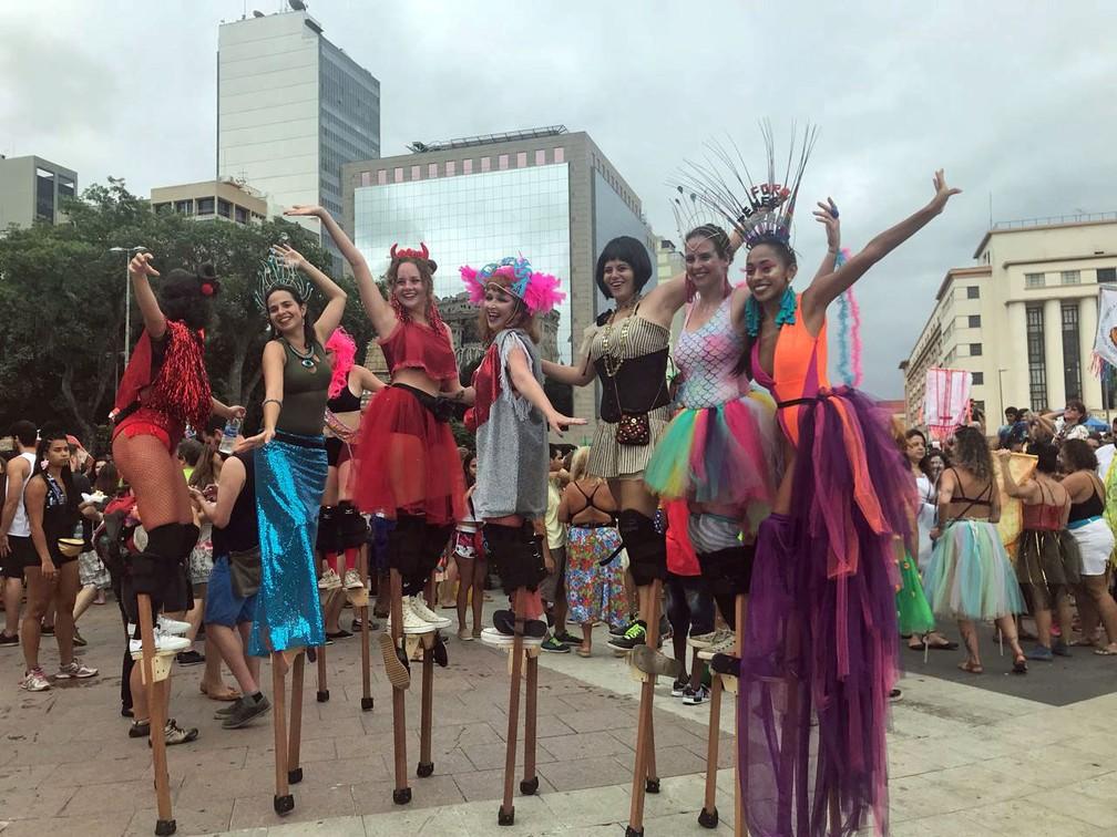 Mulheres em pernas de pau na Praça 15, no desfile do Mulheres Rodadas (Foto: Fábio Fabato/Arquivo pessoal)
