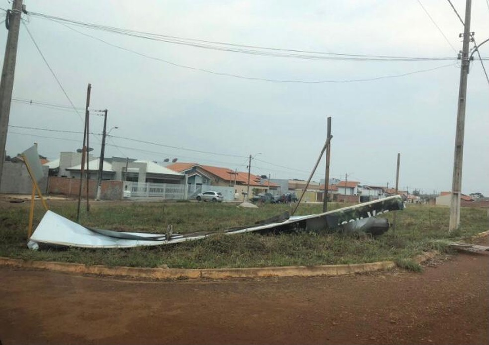 Placa caiu após temporal em Vilhena, RO.  — Foto: Reprodução/Redes Sociais