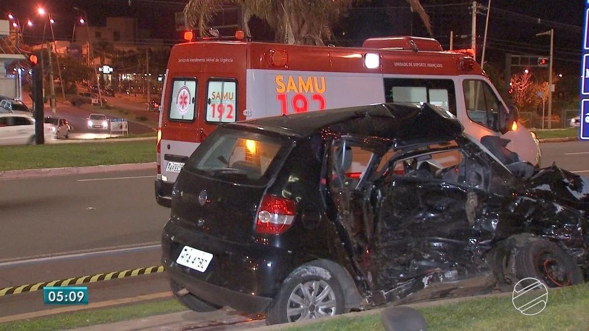 Mulher morre e criança fica ferida em colisão entre dois veículos em MS; caminhonete capotou