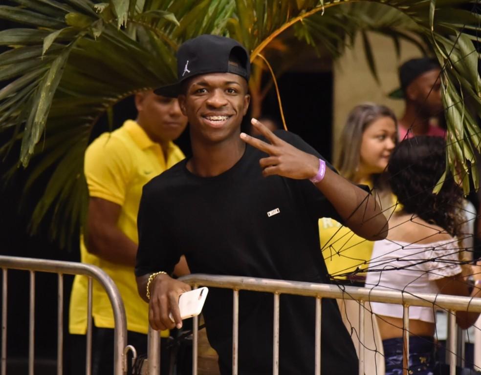 Vinicius Jr. acompanhou Brasil x Colômbia da área VIP da Arena da Barra (Foto: André Durão)