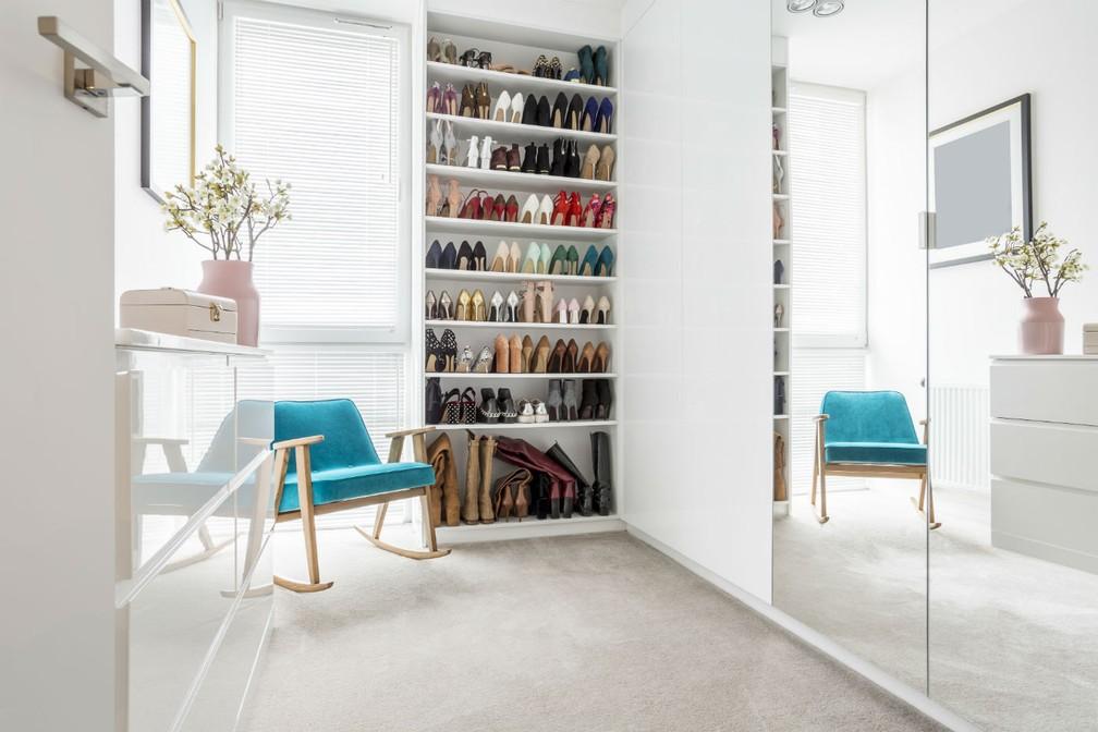 Assim como as cores, os espelhos também servem de recurso para deixar um espaço visualmente maior. — Foto: Divulgação