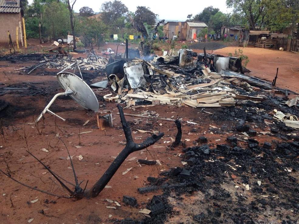 Família perdeu tudo no incêndio em MS — Foto: Osvaldo Nóbrega/ TV Morena