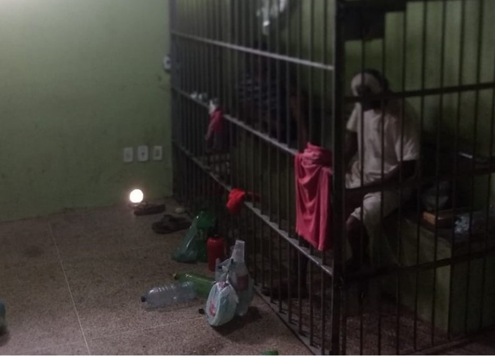 Antes da construção da ala, grade instalada dentro de sala da delegacia servia de cela  — Foto: Reprodução/ Campanha Celas Piripiri