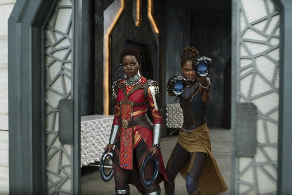 Lupita Nyong'o como Nakia e Letitia Wright como Shuri em Pantera Negra  (Foto: Divulgação)