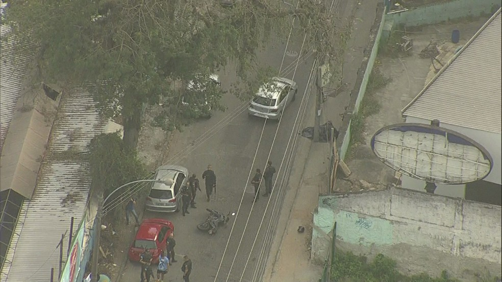 Policial militar do 18°BPM (Jacarepaguá) foi morto na Avenida Geremário Dantas, cruzamento com a Estrada do Capenha e Rua Edgard Werneck, em Jacarepaguá, na Zona Oeste do Rio, na manhã desta quinta-feira (3).  (Foto: Reprodução/ TV Globo)