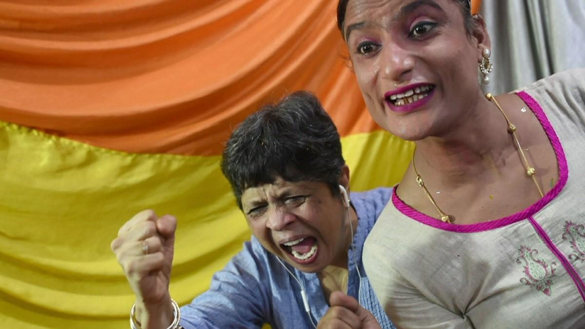 Indianos comemoram a decisão da Suprema Corte que descriminalizou o sexo gay (Foto: BBC)