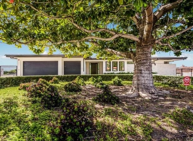 A fachada da casa dá a impressão de que a construção é menor (Foto: The MLS/ Reprodução)