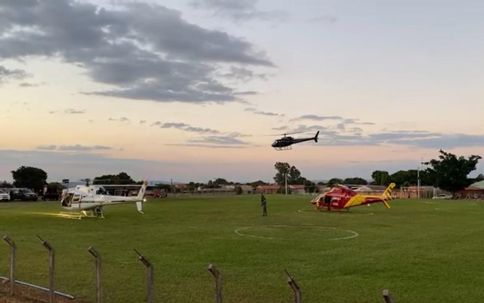 Helicópteros ajudam nas buscas por Lázaro em região de mata — Foto: Honório Jacometto/TV Anhanguera