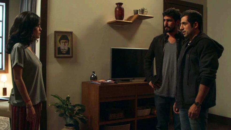Fauze (Kaysar Dadour) confirma a Laila (Julia Dalavia) que Jamil (Renato Góes) não é assassino — Foto: Globo