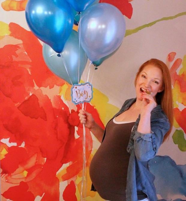 A mãe, Heather, posou com uma barriga falsa e balões azuis (Foto: Reprodução Facebook)