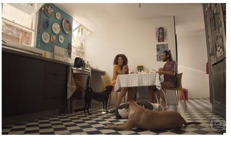 Cozinha de Emilio Dantas e Fabiula Nascimento tem inspiração vintage. Na imagem, também aparecem os cães Chã, Patinho e Lagarto Reprodução