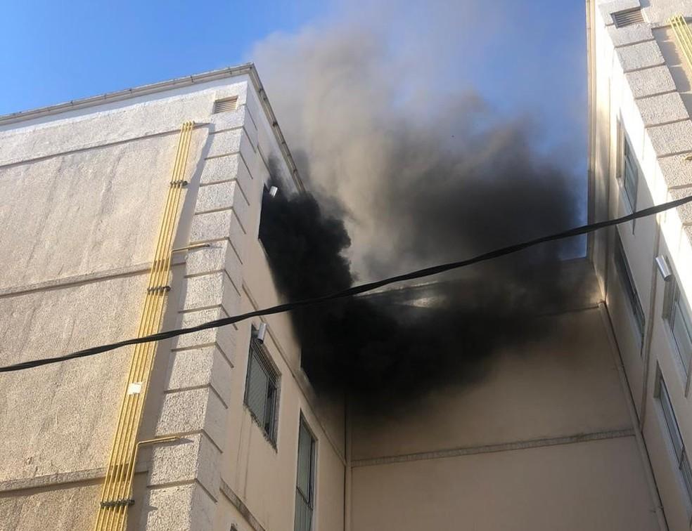 Apartamento pega fogo e assusta moradores em Resende — Foto: Reprodução/WhatsApp TV Rio Sul