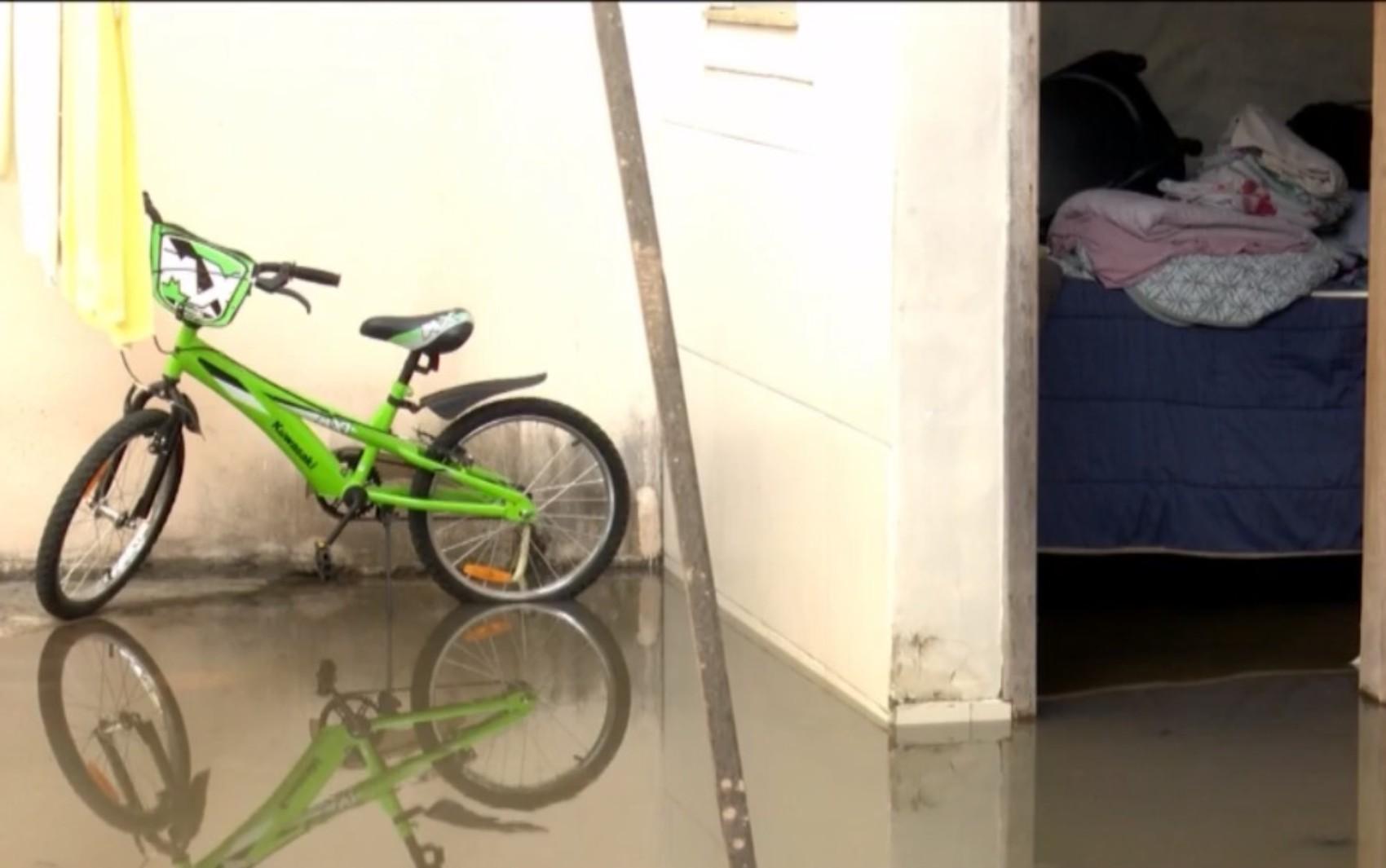 Rede de esgoto estoura e invade imóveis de residencial no sudoeste da BA; moradores dizem que caso é frequente