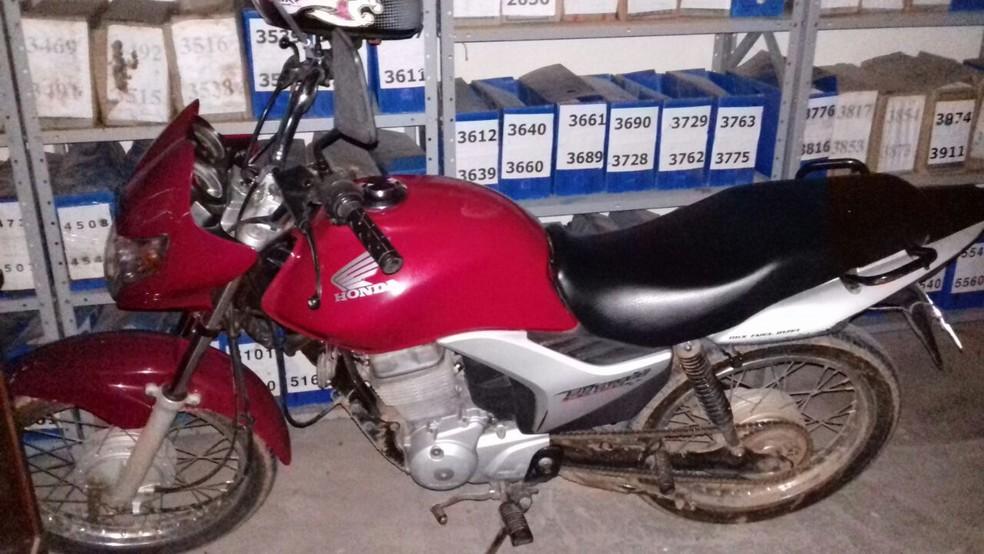 Moto usada por suspeitos foi apreendida pela polícia (Foto: Divulgação/Polícia Civil)