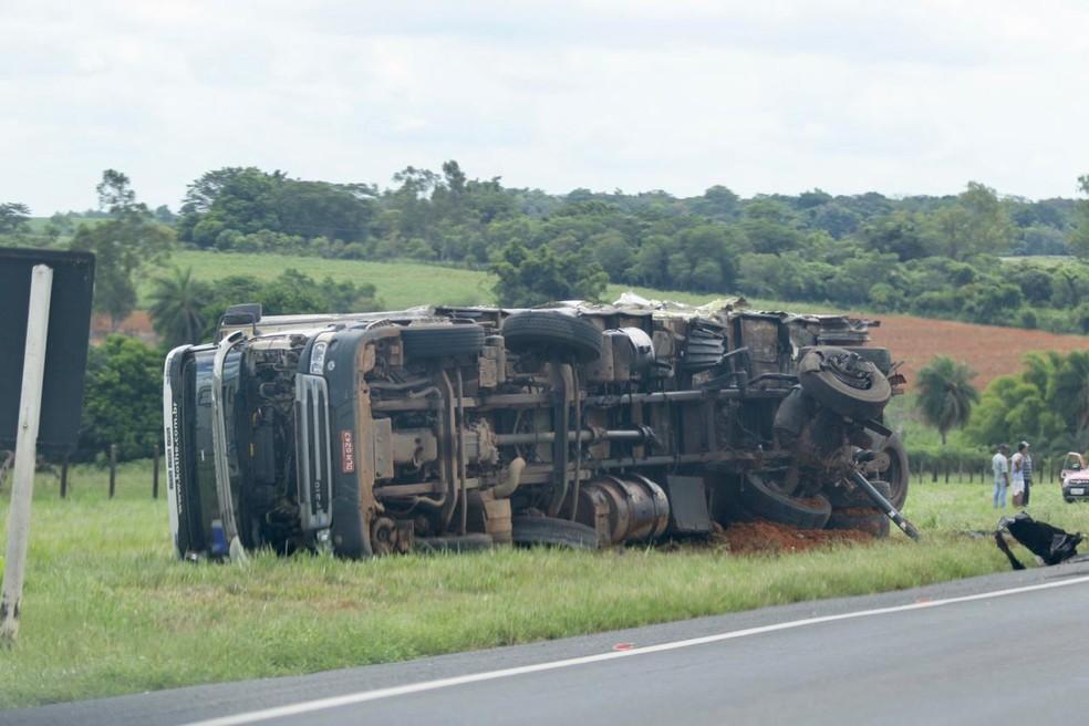 Caminhão tombou em rodovia entre Promissão e Lins — Foto: J. Serafim/Divulgação