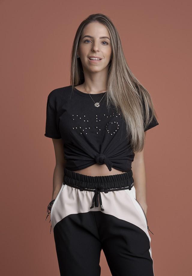 Stella Jacintho posa com as t-shirts especiais da Spezzato  (Foto: divulgação)