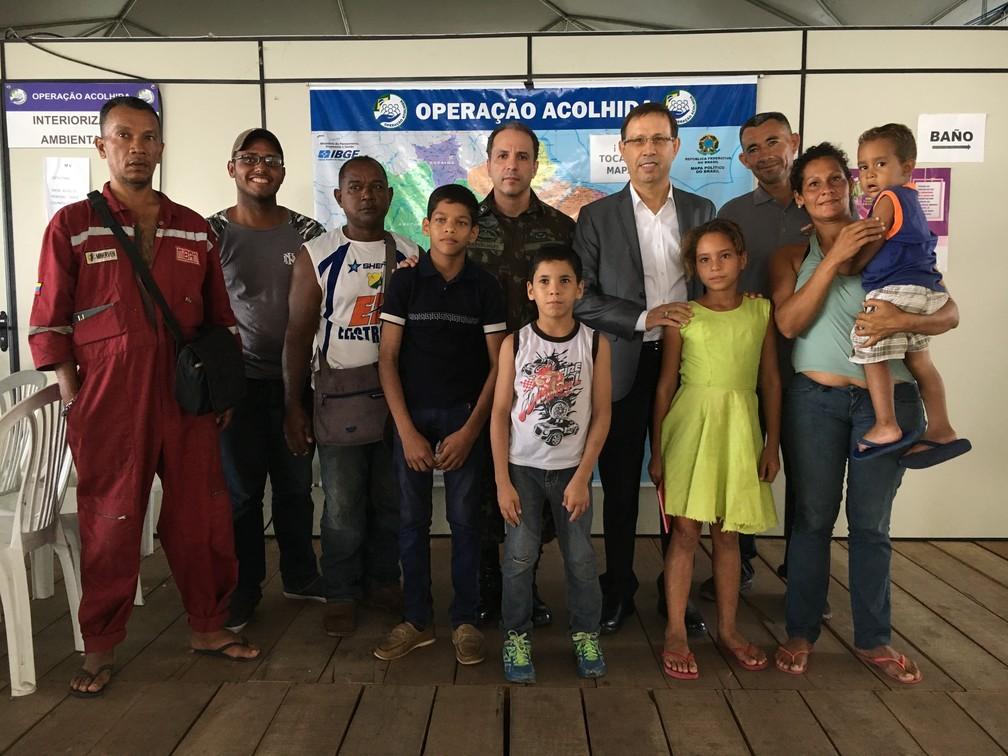 Bilionário Carlos Wizard (de paletó) acolhe venezuelanos recém-chegados ao Brasil — Foto: Emily Costa/G1 RR