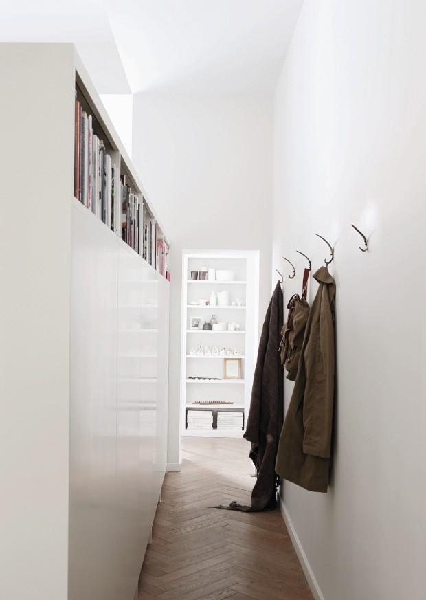 O móvel que separa o quarto do corredor não chega até o teto porque a estilista inglesa Anne Valentine gosta de luz natural (Foto: Elsa Young / Frank Features / Editora Globo)