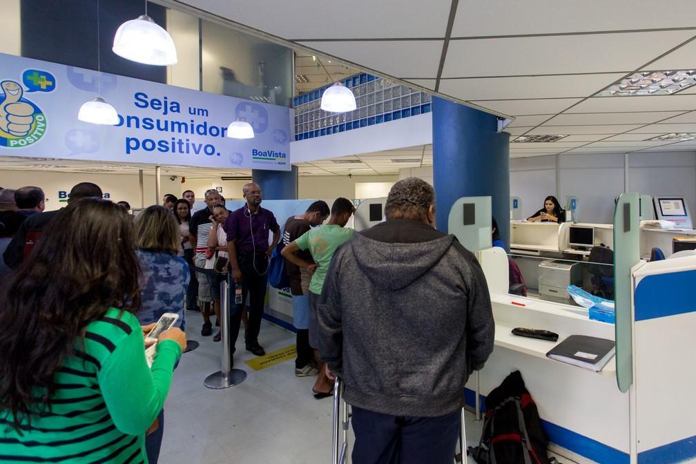 Consumidores fazem consulta para saber se nome está negativado (Foto: Marcelo Brandt/G1)