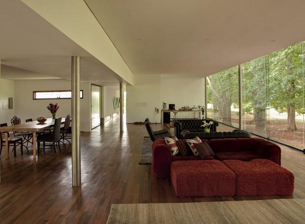 O arquiteto Marco Peres projetou a casa com amplo living e apenas uma suite. Mas, caso a família cresça, há espaço para mais dois quartos na sala. Os pilares de aço cilíndrico de 25 cm permitiram criar os vãos livres de 7,30 x 5,50 m (Foto: Edu Castello/Casa e Jardim)