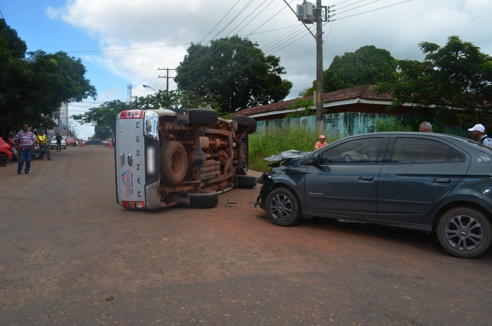-  Duas pessoas ficaram levemente feridas no acidente que aconteceu na manhã deste sábado  14   Foto: Carlos Alberto Jr/G1
