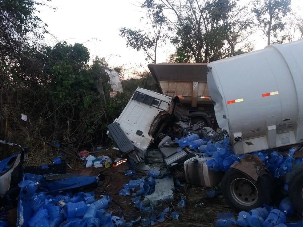 Três veículos se envolveram no acidente (Foto: CBM-MT)