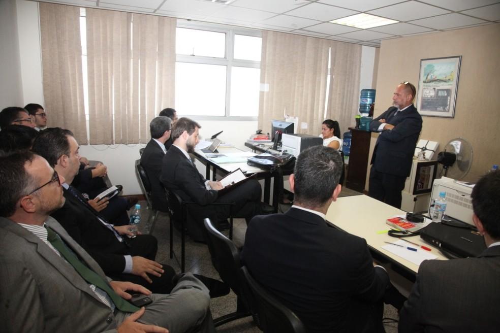 Advogados em audiência sobre a prisão domiciliar para Ronaldinho — Foto: Divulgação