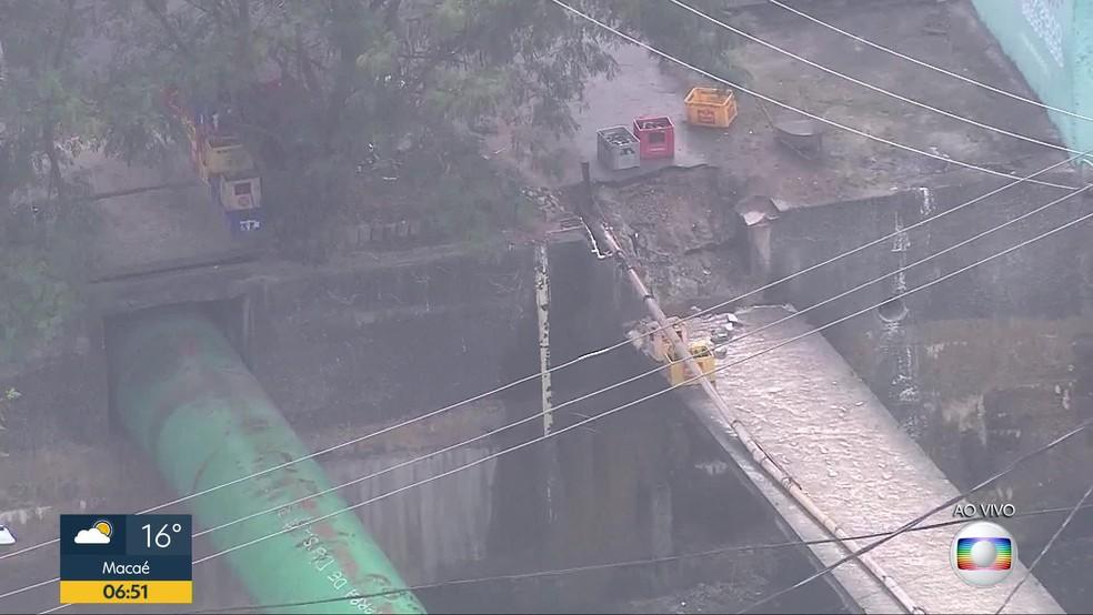 Moradores dizem que traficante mandou derrubar passarela na Zona Norte do Rio — Foto: Reprodução / Globocop