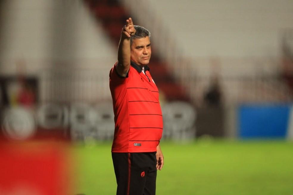 Marcelo Cabo, técnico do Atlético-GO — Foto: Douglas Schinatto/O Popular