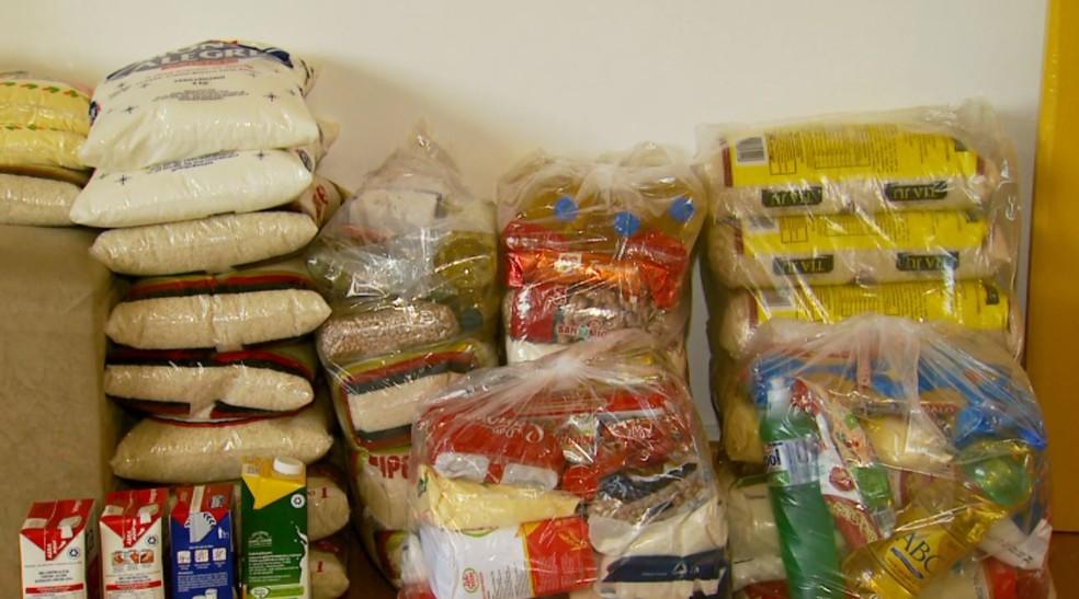 Alimentos foram doados a famílias em Poços de Caldas (MG) — Foto: Reprodução/EPTV