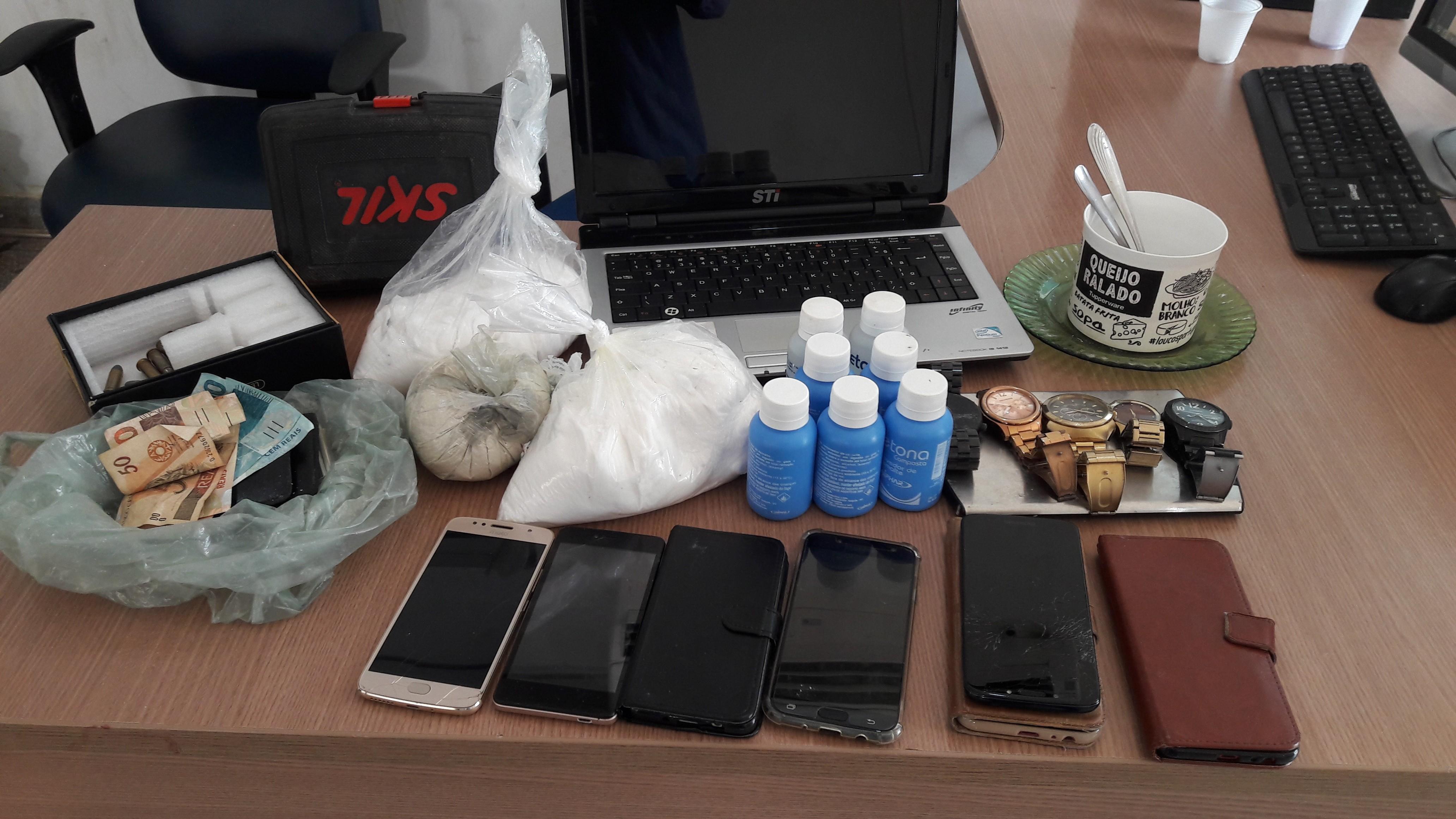 PM encontra droga, munições, celulares e relógios dentro de casa em Ariquemes; dois são presos  - Notícias - Plantão Diário