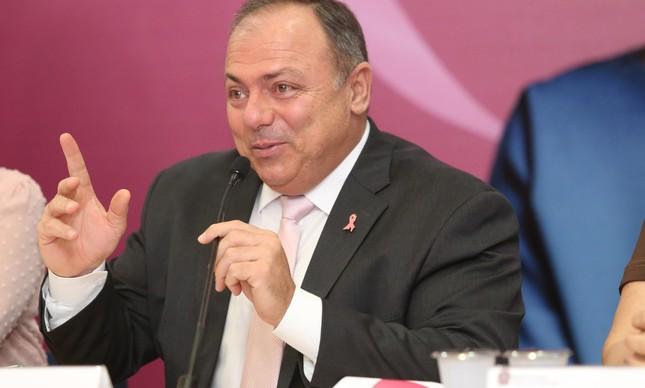 Sem máscara, o general Pazuello lança a campanha Outubro Rosa