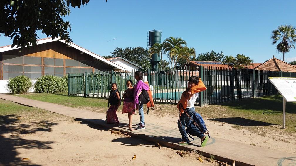 Crianças ribeirinhas chegam de barco para a aula na Escola Municipal Jatobazinho, que fica às margens do Rio Paraguai — Foto: Eduardo Palacio/G1