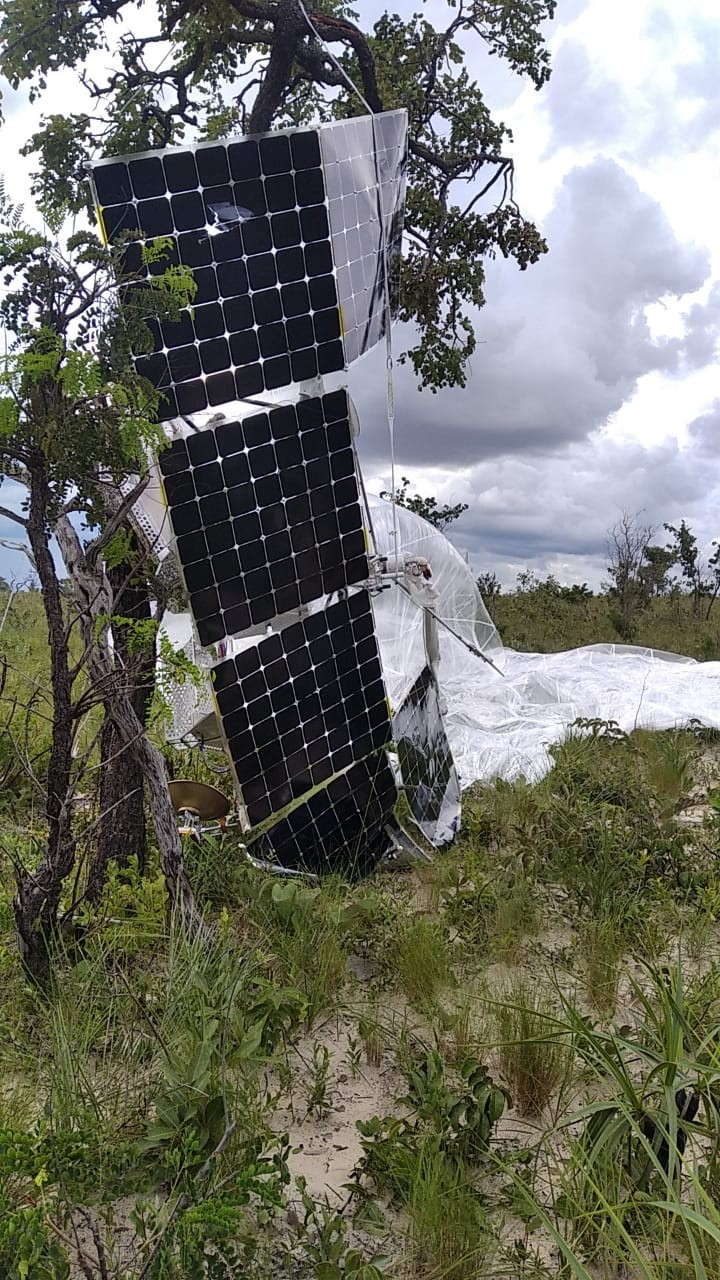 Balão com equipamentos tecnológicos fica pendurado em árvore após cair no Jalapão