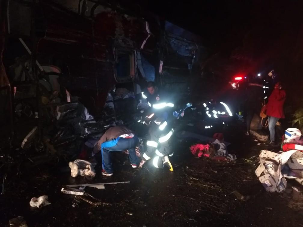 Bombeiros e polícia estão em atendimento no acidente na serra de Campos do Jordão — Foto: Divulgação/Bombeiros