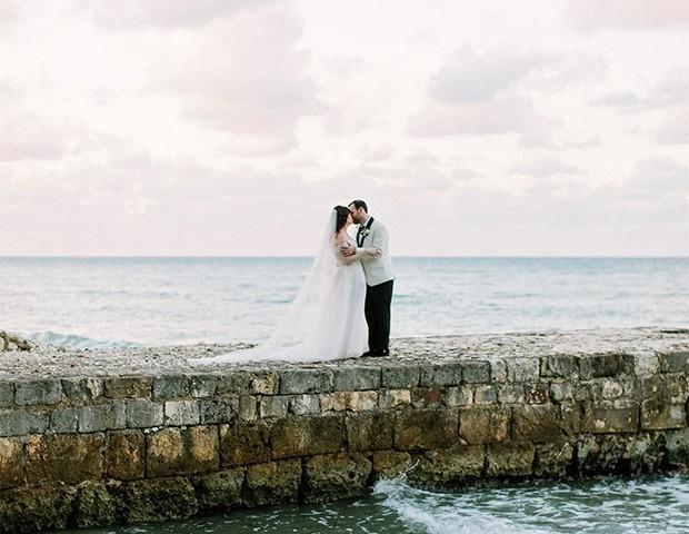 Saiba como escolher um vestido de noiva incrível para um casamento na praia (Foto: Instagram / Martha Stewart Wedding)