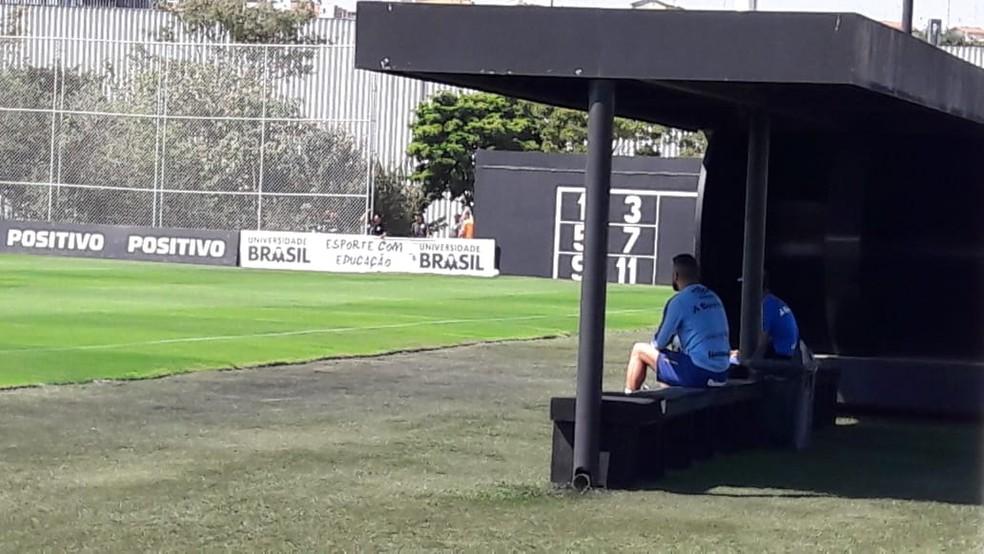 Maicon acompanha treino do Grêmio — Foto: Alexandre Alliatti