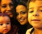 Nanda Costa, a Morena de 'Salve Jorge', postou foto com Dira Paes (Lucimar), Luiz Felipe Mello (Júnior) e Giovanna (Jéssica Vitória): 'Obrigada por tanto! Amo cada um de vocês. Morena não poderia ter uma família melhor!' | Reprodução