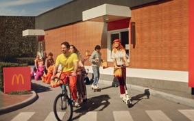 Drive-thru do McDonald's agora atende clientes em bikes, skates e patinetes
