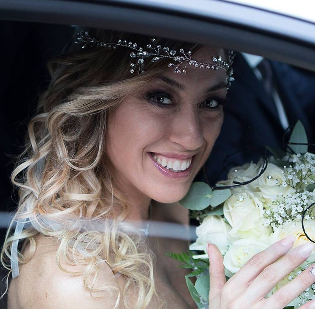 A italiana Laura Mesi segura seu buquê de noiva (Foto: Laura Mesi/Facebook)