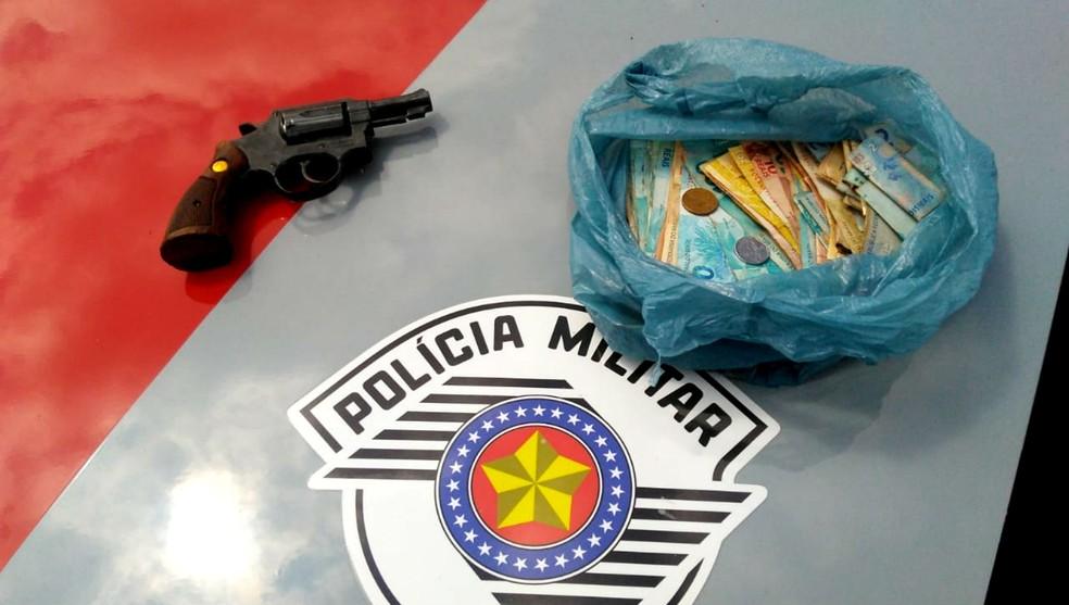 Dinheiro roubado da agência dos Correios e um revólver calibre 38 foram jogados na Rodovia Castello Branco pela quadrilha — Foto: Polícia Militar/Divulgação