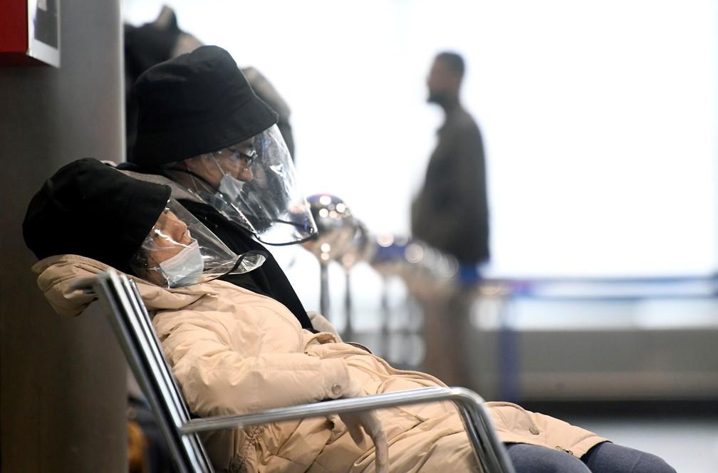 Pessoas usam máscaras protetoras contra o Covid-19 no aeroporto de Milão, na Itália, nesta segunda-feira (9). — Foto: Flavio Lo Scalzo/Reuters